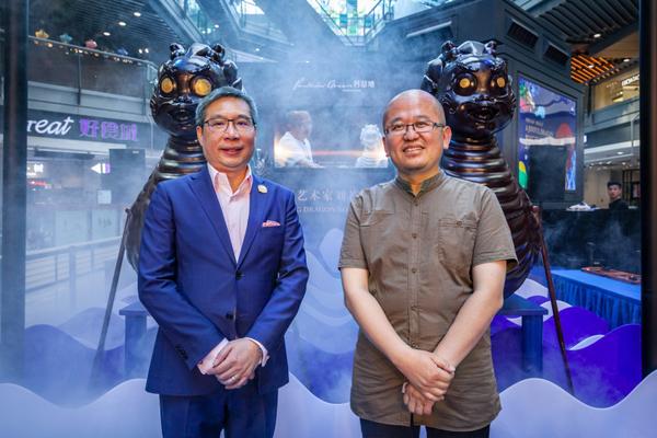 (左)侨福芳草地总经理赖国贤先生、(右)中国当代艺术家刘若望先生