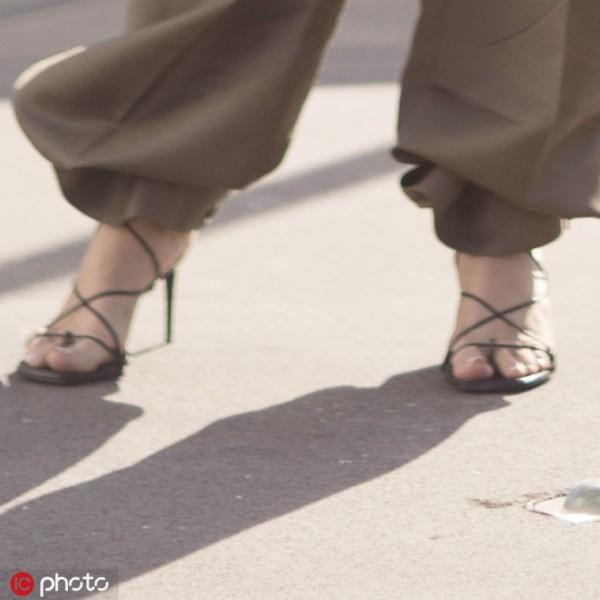 绑带鞋还有这个功能!把裤脚扎起来耳目一新