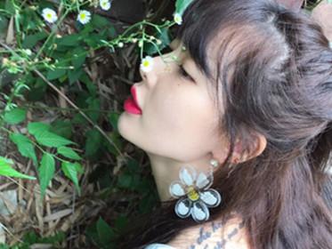 ^泫雅风 ̄刮不停 泫雅安利完花朵美甲又来安利花朵耳环了