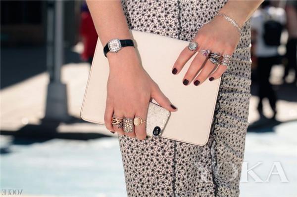 戒指叠戴示范(图片来源于FashionTrendWalk)