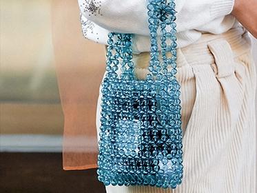 街頭的爆款手袋,竟是奶奶的手工串珠包?
