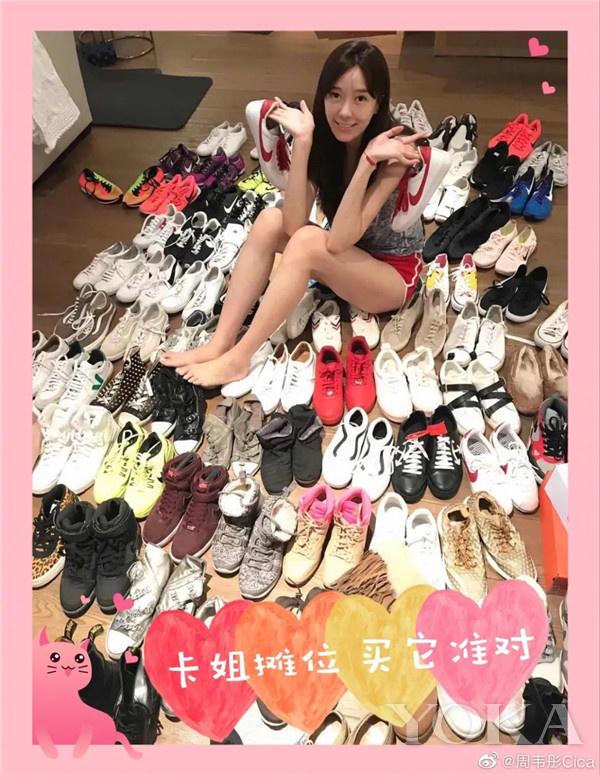 周韦彤摆鞋摊(图片来源于周韦彤微博)