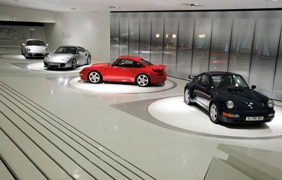 新建的博物馆占地5600平方米、耗资约一亿欧元(比原计划的5000万欧元多出了一倍)。博物馆以世界著名跑车为特色,馆址位于德国斯图加特祖文豪森的保时捷工厂附近。每一辆停在博物馆里的车都可以随时开出博物馆,而博物馆里令人眼花缭乱的设计和半透明设计可以使参观者更完整的参观保时捷历程。