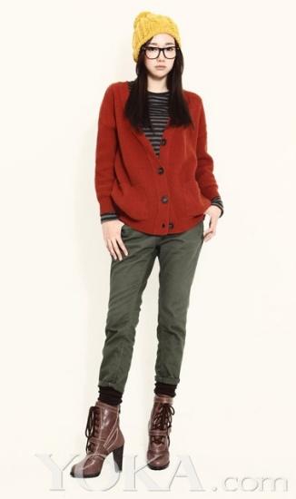 红色的大毛衣搭配绿色的九分裤